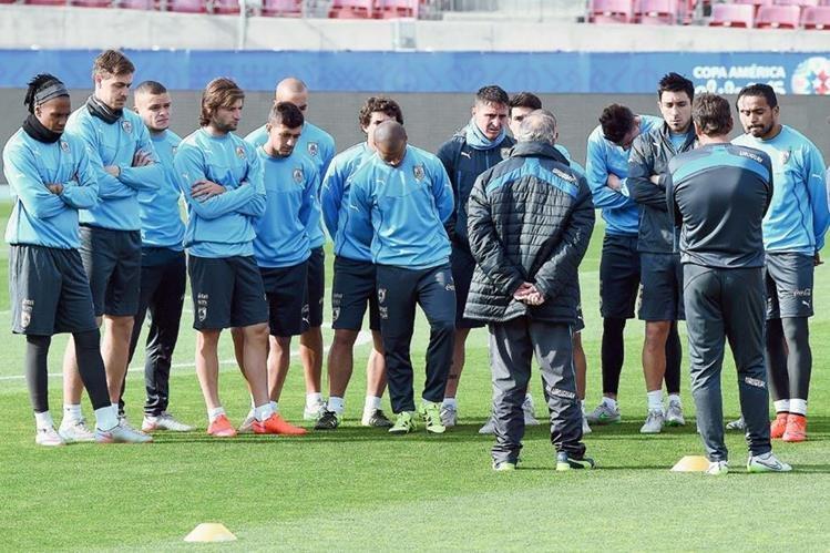 Los jugadores de Uruguay, seguirán al pie de la letra de su entrenador Óscar Tábarez. (Foto Prensa Libre: AFP)