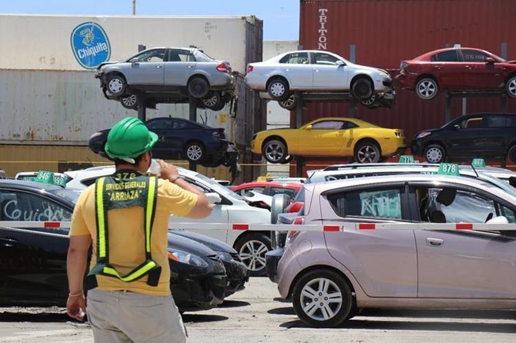 La entrega de placas a vehículos usados de manera automática cobró vigencia este viernes en las aduanas instaladas en Puerto Barrios y Santo Tomás de Castilla, Izabal. (Foto Prensa Libre: Dony Stewart)