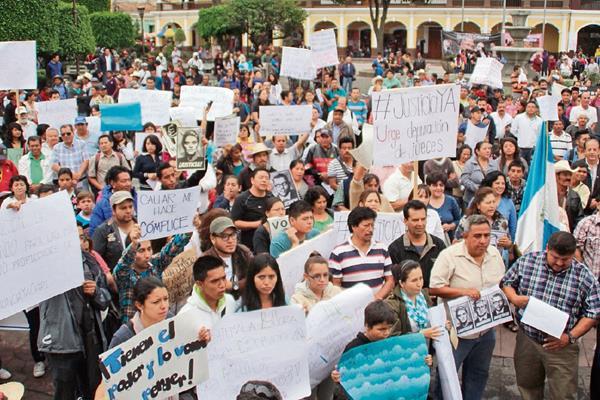 Manifestantes pidieron la renuncia del alcalde Augusto Gómez y de 10 diputados por ese distrito.
