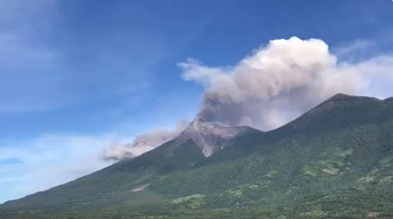 En la ruta hacia la costa también se pudo ver la furia del volcán.