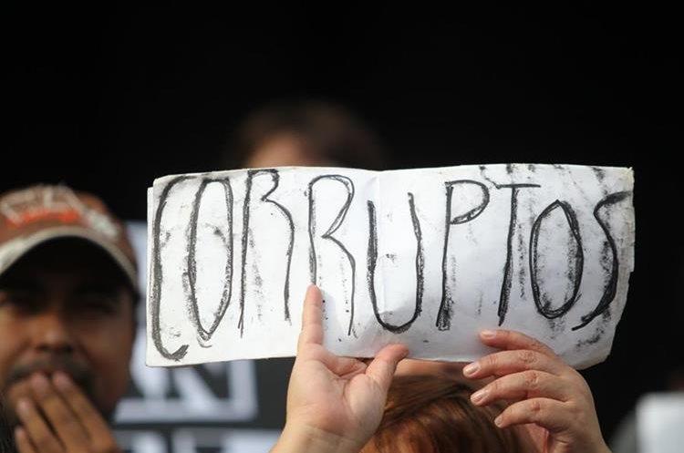 Carteles contra la corrupción son exhibidos frente al Palacio Nacional de la Cultura.