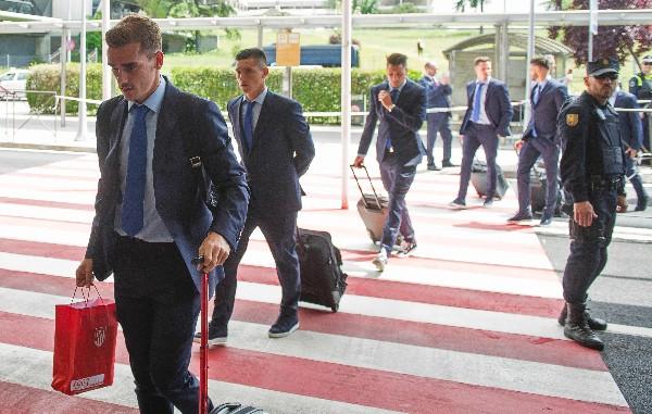 Antoine Griezmann encabeza la delegación del Atlético de Madrid a su llegada a Milán. (Foto Prensa Libre: AFP)