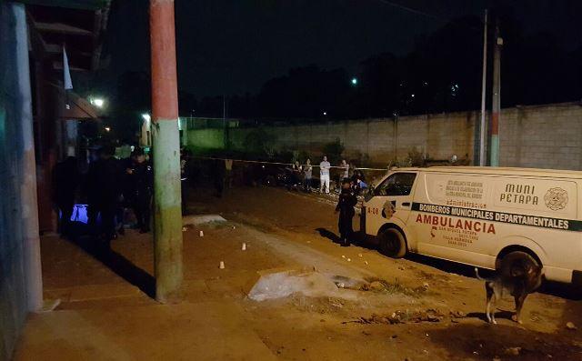 El atentado en la zona 8 de San Miguel Petapa dejó un muerto y un herido. (Foto Prensa Libre: Asonbomd)