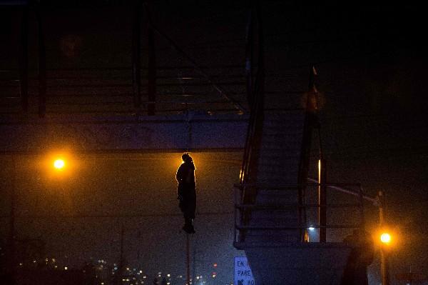 El cuerpo de un hombre cuelga de un puente en Tijuana, al noroeste de México.(AFP).