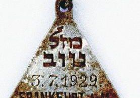 """Un colgante tiene en un lado las palabras """"Mazal Tov"""" (""""Felicidades"""") en hebreo.(AP)."""