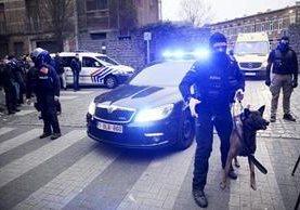 Policías belgas vigilan los alrededores del inmueble donde fue detenido el presunto cerebro de los atentados de París. (Foto Prensa Libre: AFP).