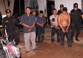 Agentes de seguridad privada capturados son trasladados a un juzgado en Taxisco, Santa Rosa. (Foto Prensa Libre. Oswaldo Cardona)