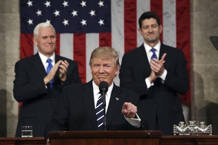 Donald Trump habla frente al Congreso de EE. UU., atrás derecha, Paul Ryan, presidente de la Cámara Baja, izquierda, Mike Pence, vicepresidente. (Foto Prensa Libre: AP)