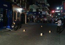 Autoridades recogen evidencias en el lugar del ataque. (Foto Prensa Libre: Melvin Popá)
