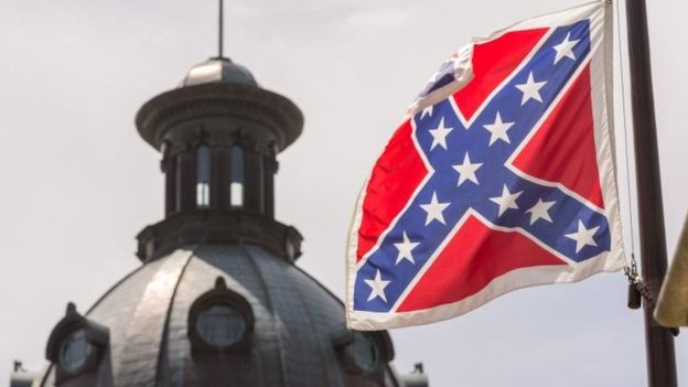 La bandera confederada también generó polémica. EPA/RICHARD ELLIS