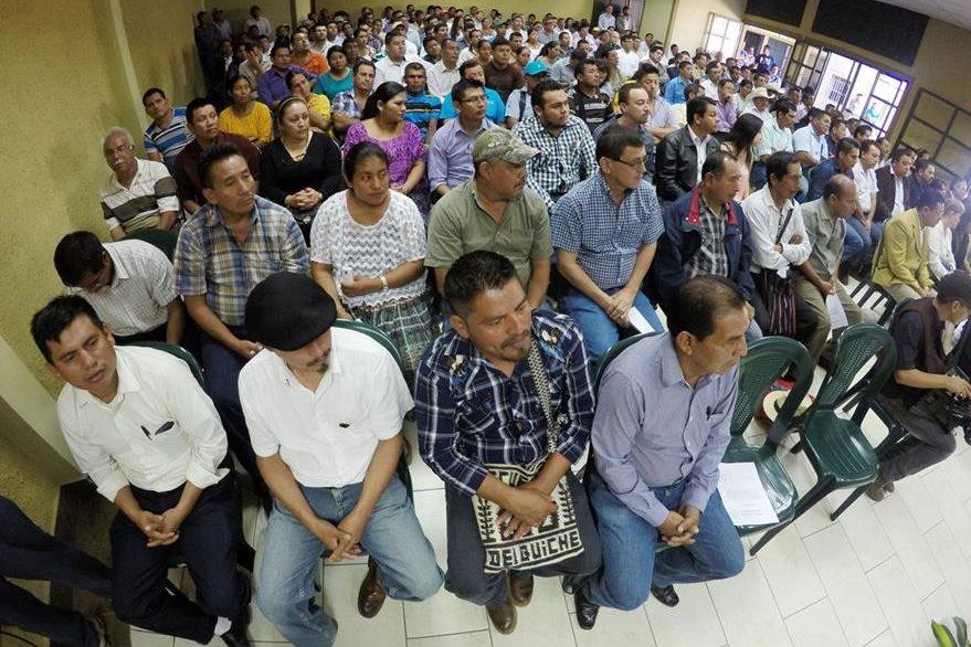 Cerca de 200 integrantes de las corporaciones municipales de Alta Verapaz e Ixcán, Quiché, recibieron sus credenciales. (Foto Prensa Libre: Eduardo Sam Chun)