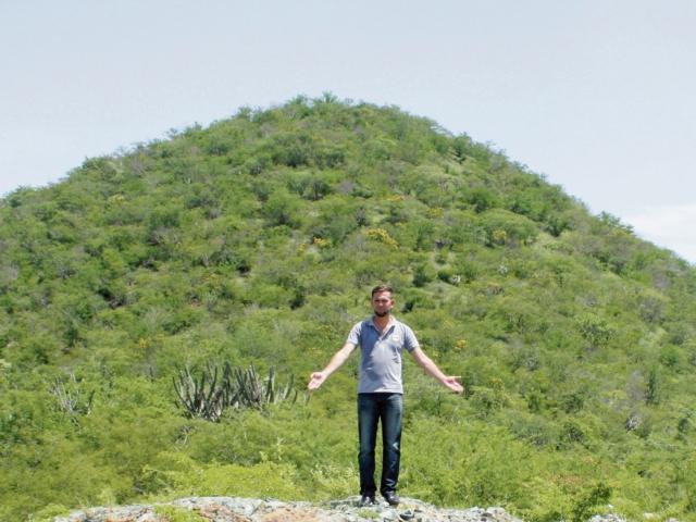 Renato Vargas, de la comuna, muestra el lugar donde se cree fue hallada la imagen del patrono del pueblo. (Foto Prensa Libre: Héctor Contreras)