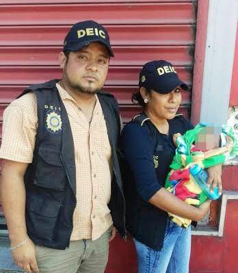 Agentes de la PNC con el bebé de 40 días de nacido, luego de ser rescatado en la zona 11. (Foto Prensa Libre: PNC)
