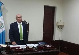 El presidente del Congreso, Mario Taracena, en su oficina, donde solía haber varios cuadros. (Foto Prensa Libre: Jessica Gramajo)