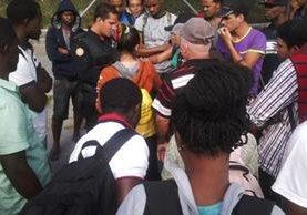 Algunos de los extranjeros interceptados en Esquipulas. (Foto Prensa Libre: Mario Morales).