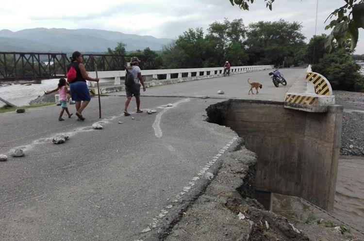 Pobladores caminan por el único carril que está habilitado en el puente El Tambor. (Foto Prensa Libre: Hugo Oliva)
