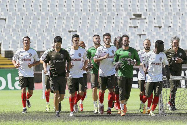 Los jugadores de la selección portuguesa de futbol corren durante una sesión de entrenamiento del equipo en Oerias. (Foto Prensa Libre: EFE)