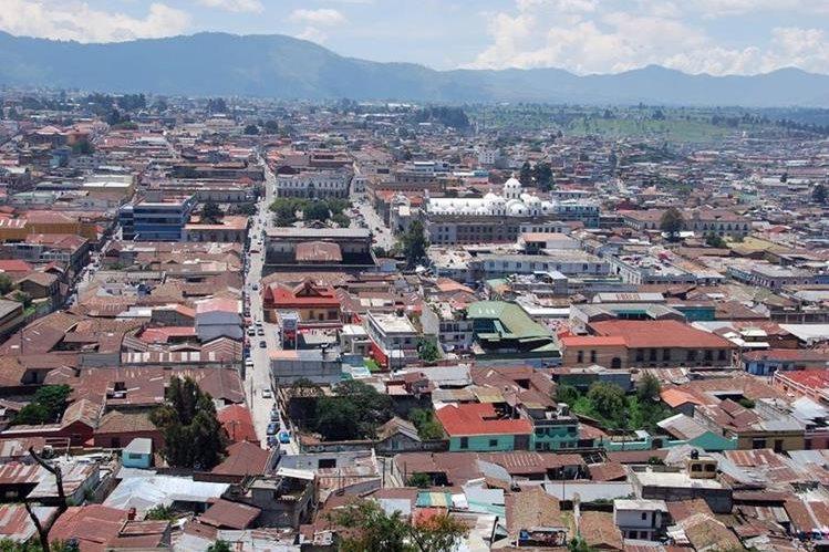 Varias zonas de Xela permanecen sin servicio de energía eléctrica. (Foto Prensa Libre: Carlos Ventura).