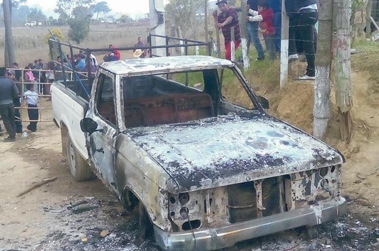 Uno de los vehículos quemados por la turba en la aldea Chaquiyá, Patzún. (Foto Prensa Libre: Hemeroteca PL).