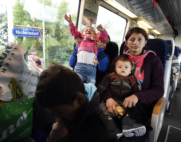 "<span class=""hps"">Una</span> <span class=""hps"">familia de refugiados</span> <span class=""hps"">esperar</span>a<span class=""hps""> su</span> <span class=""hps"">salida de</span> <span class=""hps"">la estación de tren</span> <span class=""hps"">en</span><span class=""hps""> Hungría.</span>"