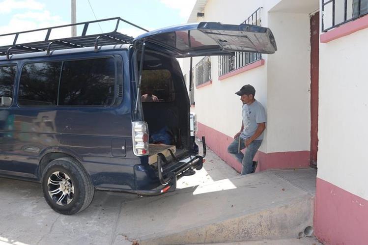 Cadáver de niño hallado en su vivienda, en Olopa, Chiquimula, es trasladado a la morgue local. (Foto Prensa Libre: Edwin Paxtor)