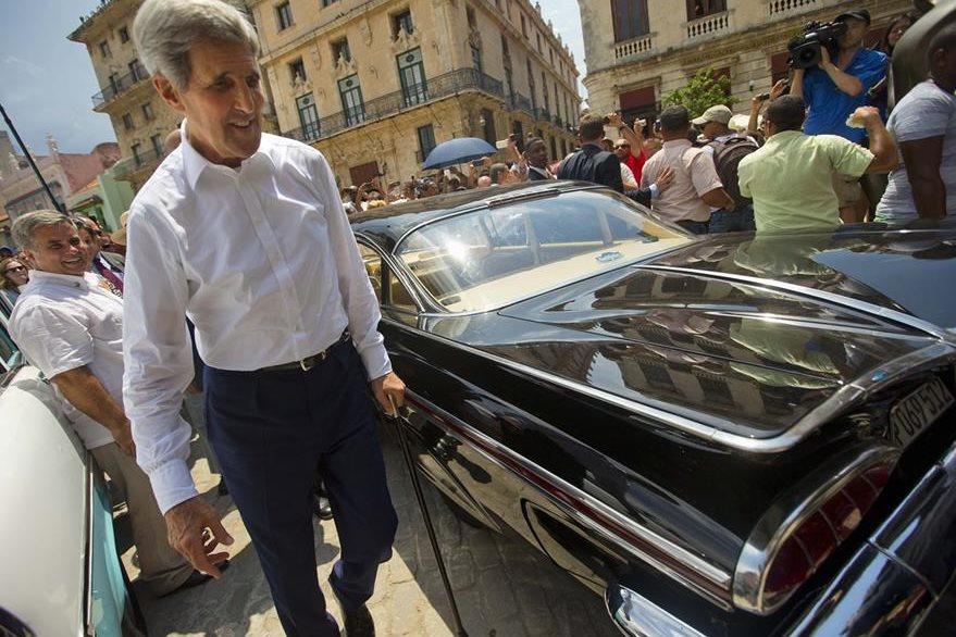 Kerry admira otro vehículo clásico durante su paseo por La Habana Vieja. (Foto Prensa Libre: AP).