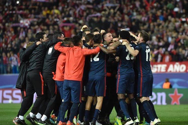 Los jugadores del Atlético de Madrid celebran la victoria sobre el FC Barcelona que les dio el pase a la semifinal. (Foto Prensa Libre: AFP)