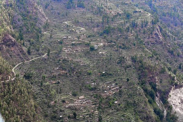 Vista aérea de una ladera en el pueblo de Hagam, situado en el distrito de Sindhupalchwok, tomada tras el último terremoto. (Foto Prensa Libre:EFE)