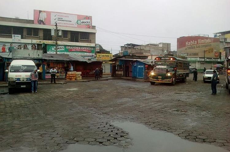 Transportistas de Quiché paralizaron el servicio este jueves debido a las constantes extorsiones. (Foto Prensa Libre: Héctor Cordero)