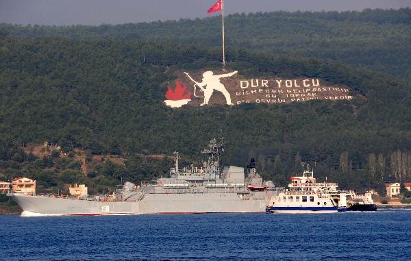 Un barco ruso pasa por el estrecho de los Dardanelles en Turquía en ruta a el mar Mediterráneo.