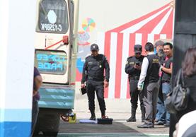 Agentes de la PNC recaban evidencias en la zona 1 de Xela, donde un ataque armado dejó muerto al piloto de un autobús. (Foto Prensa Libre: Carlos Ventura)