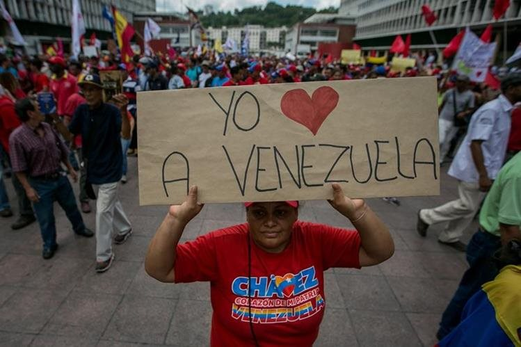 Una simpatizante del chavismo muestra una pancarta en Caracas. (Foto Prensa Libre: EFE).