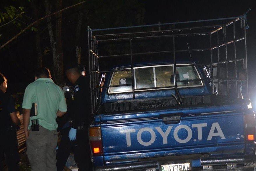 Vehículo en el que viajaba pareja atacada, en San Andrés Villa Seca, es revisado por la PNC. (Foto Prensa Libre: Jorge Tizol)