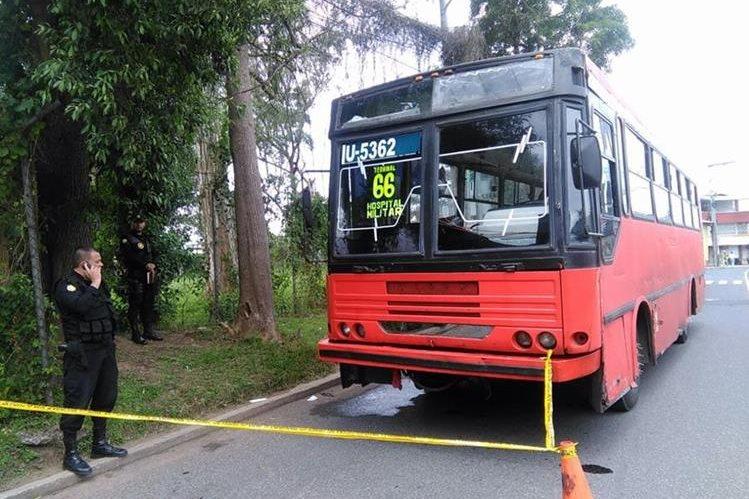 Bus permanece con custodia de la Policía Nacional Civil, para que el Ministerio Público recabe evidencia. (Foto Prensa Libre: Estuardo Paredes)