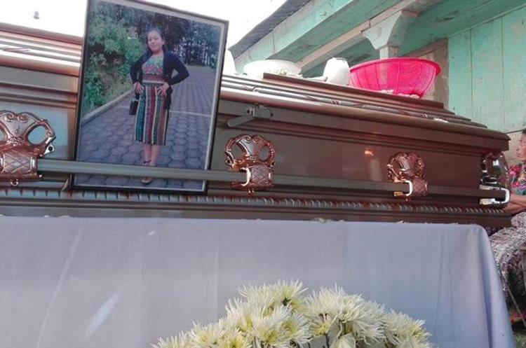 En el ataúd de Flora Elizabeth Tian Cuy, los familiares colocaron su fotografía para recordarla en el velatorio. (Foto Prensa Libre: Ángel Julajúj)