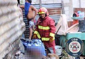 Bomberos rescataron el cadáver de la mujer fallecida. Foto Prensa Libre: Bomberos Municipales.