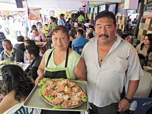Esta pareja es la tercera generación que atiende un negocio de comida en las ferias.
