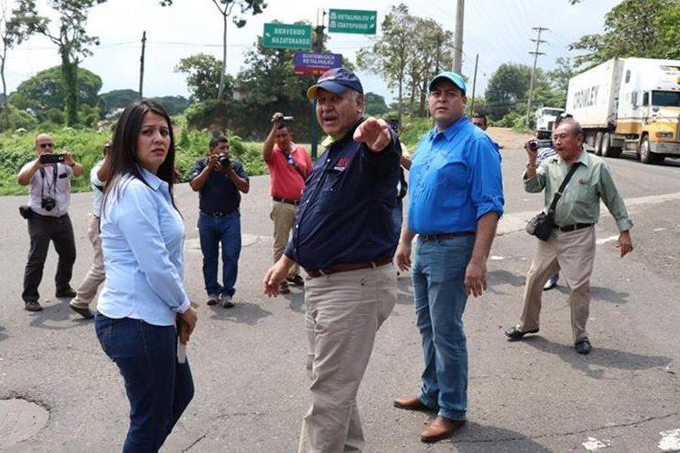 El ministro de Comunicaciones, Aldo García, durante supervisión de carreteras en Suchitepéquez. (Foto Prensa Libre: Cristian Icó Soto).