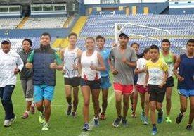 12 jóvenes guatemaltecos buscan destacar en la marcha atlética siguiendo los pasos de sus padrinos, Érick Barrondo y Mirna Ortiz.