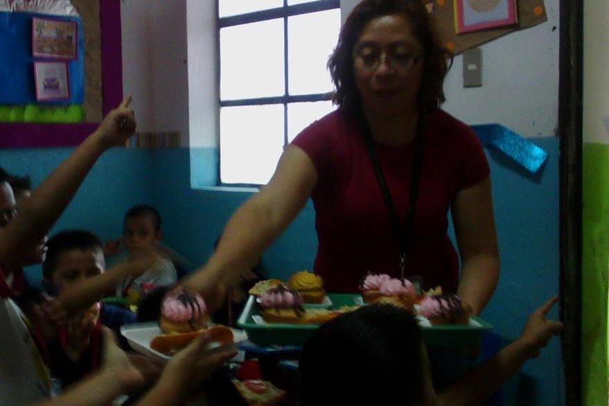Fiscales reparten pastelitos durante la celebración del día del niño a alumnos de párvulos (Foto Prensa Libre: MP)