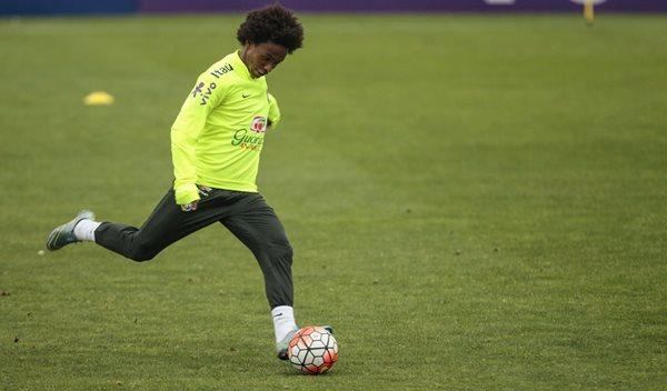 William, del Chelsea inglés, será una de las estrellas brasileñas en el duelo frente a Chile (Foto Prensa Libre: AP)