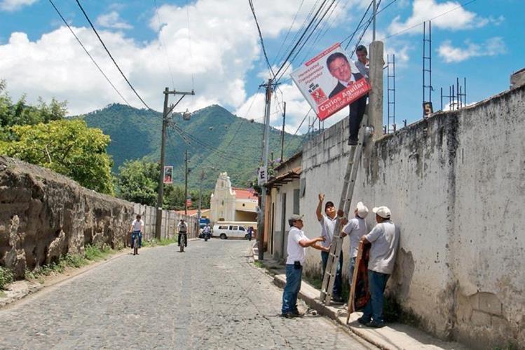 Trabajadores del  CNPAG retiran  propaganda del candidato a la Alcaldía de Antigua Guatemala, por Líder, Carlos Aguilar.