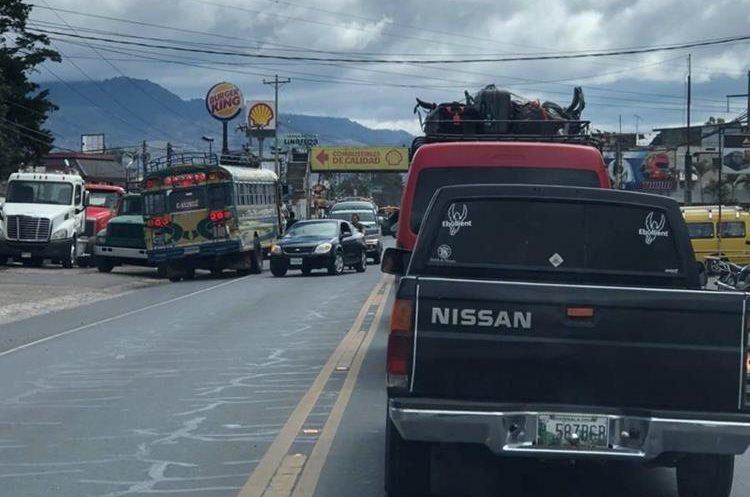Transitar en contra de la vía es una de las imprudencias más comunes en la carretera de Chimaltenango y, por lo general, son cometidas por pilotos de buses, según la PMT. (Foto Prensa Libre: Cortesía Johny Cáceres)