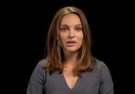 Las estrellas de Hollywood, entre ellas Natalie Portman, cantan a Donald Trump I will Survive.