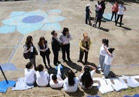 Las comisionadas Margarette May Macaulay —saco negro— y Esmeralda Arosemena —amarillo— visitaron Gorriones. (Foto Prensa Libre: CIDH)