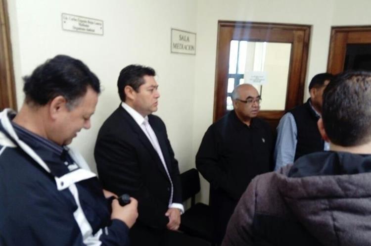 Socios llegan a la Junta de Mediación del Organismo Judicial para dialogar con los directivos. (Fotos Prensa Libre. (Foto Prensa Libre: Raúl Juárez)