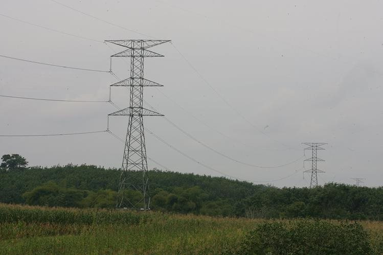 La instalación de las torres para transmitir y distribuir energía eléctrica se gravaron con una tasa en Santa Lucía Cotzumalguapa y Siquinalá. (Foto, Prensa Libre: Hemeroteca PL).
