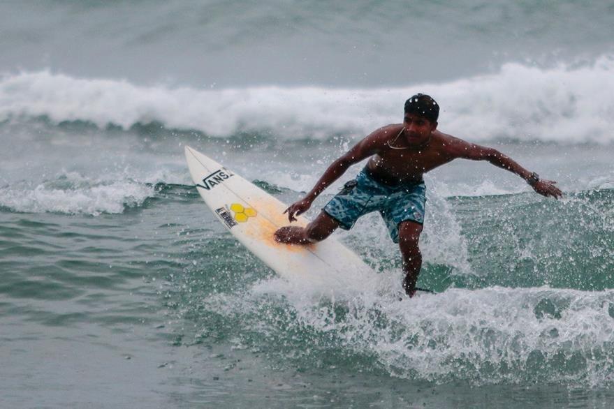 Luis Rey Hernandez practica surf pero la violencia en ese balneario le causa temor. (AFP)