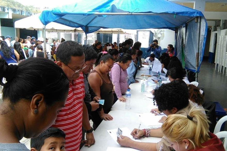 Pobladores se identifican para ingresar a la jornada médica llevada a cabo en al Hospital Nacional de Amatitlán. (Foto Prensa Libre: Oscar García).