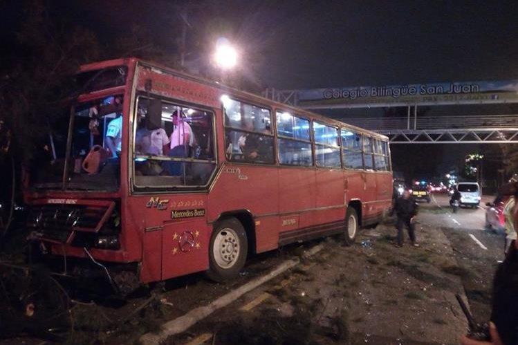 El bus quedó sobre el arriate central, luego que el piloto fue atacado a balazos. (Foto Prensa Libre: Bomberos Voluntarios).